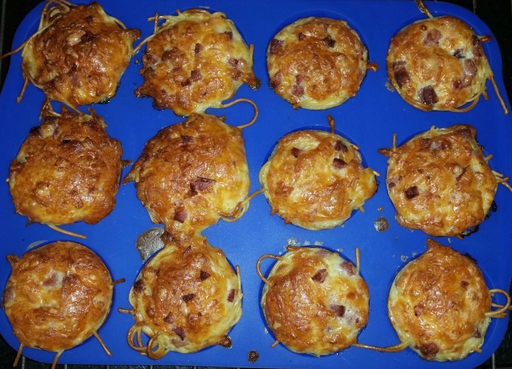 Spaghetti-Muffins mit Streukäse in der Eiermilch