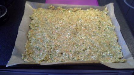 Den Salz-Gemüsemix auf einem Backblech dünn ausstreichen
