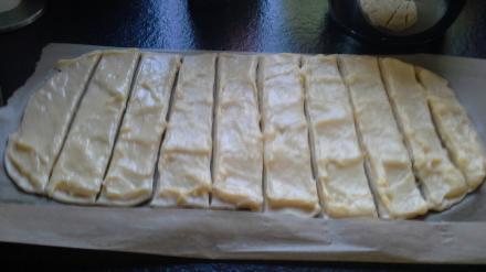 Teig mit Pudding in Streifen schneiden