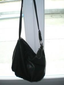 Eine Handtasche mit schön langem Henkel