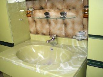 Das marmorierte Waschenbecken