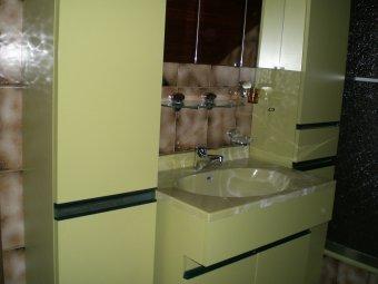 Badezimmerschrank in grün