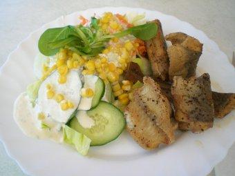 Brataal mit gemischtem Salat