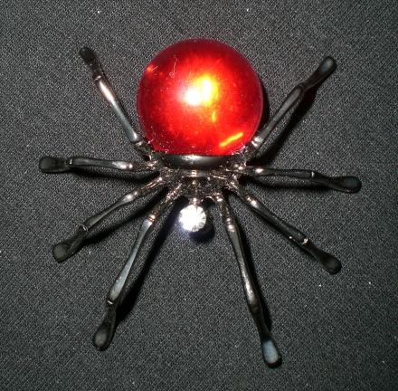 Spinne mit roten Strass