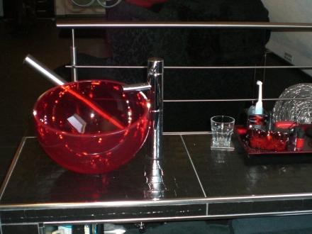 Das Waschbecken aus rotem Glas, das Highlight, Glamour pur.