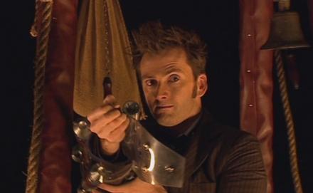 David Tennant als Doctor mit Steampunk-Waffe