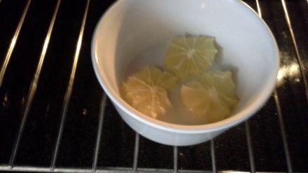 Die Zitronenscheiben trocknen, bei 80 Grad
