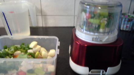 Gemüse in der Moulinette hacken und mixen